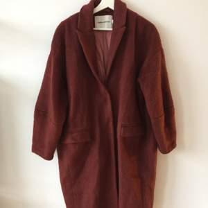 Roströd/vinröd kappa från Carin Wester i strl 38. Köpt för 999 kr men säljer för 350 kr. Den är använd ett fåtal gånger så i fint skick!