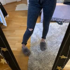 Dessa jeans är från Bershka och jag köpte dem för 400 kr. Säljer dessa pga för korta för mig då jag är 168cm lång. De är jätte sköna och stretchiga. Använt runt 3 gånger så de är i nyskick.