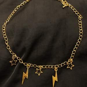 Fantastiska, unika och trendiga halsband i många olika modeller och möjligheten att du kan designa ditt egna🤩 Finns både guld och silver! Du kan beställa antingen här eller på vår instagram. Läs mer på vår instagram ushine.uf