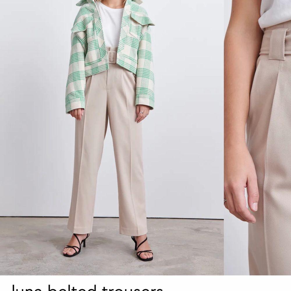 Ett par snygga byxor från Gina tricot som jag aldrig har andvänt. Dom sitter snyggt på och har ett bälte med som man kan ta av om man känner för det. Köpte för 599 kr och säljer den för 250 kr. Har storlek M men dom passade mig perfekt.  . Jeans & Byxor.