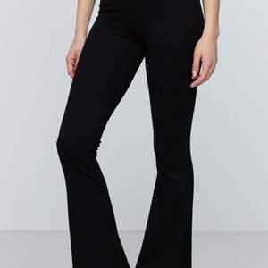 Säljer nu ett par snygga ginatricot byxor svart som på bilden ovan. Säljer eftersom den aldrig har kommit till användning!