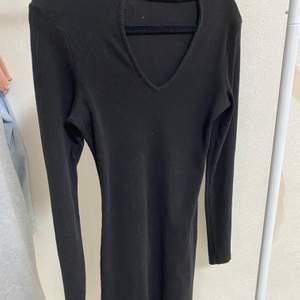 En svart klänning, storlek XS från vik bok, aldrig använt ( kommer såklart tvätta den inann någon köper)