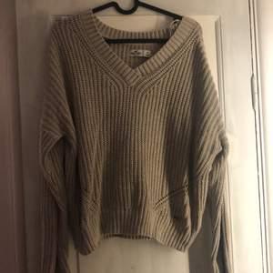 Beige/ljusbrun stickad tröja från hollister, säljer då jag tröttnat på den. V-ringad, superskönt och mysig tröja utan märken eller utdragna trådar!