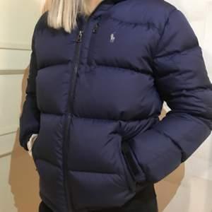 Säljer denna fina, bekväma och varma jacka från Ralph Lauren. Jackan är ifrån barnavdelningen men funkar på de som brukar ha XS\S annars är jackan i mycket bra skick. Frakt tillkommer😊 BUDA I KOMMENTARERNA. Orginalpris 1700kr.