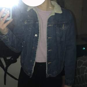 Rikigt snygg jeans jacka. Fodrad inuti, ej i ärmarna. Har både innerficka och bröst fickor. Är i mycket gott skick, endast använd ett fåtal gånger. Cirka storlek S, inga problem att få plats med en tjockare tröja undertill. 150kr, köpare står för frakt. Vid frågor eller funderingar är det bara att höra av sig!🤍