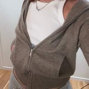 Intressekoll!! på min fina zip up hoodie från Soft Goat. Fint skick, köpt på deras egna hemsida. ✨🤩 Buda privat eller i kommentarerna