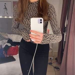 Denna tröjan är jättefin men kommer tyvärr aldrig till användning! Väldigt fin färg och mönster och knappt använd.