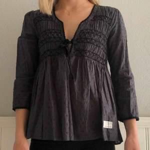Säljer populära blusen från Odd Molly i en mörkgrå färg. Bra skick, använd fåtal gånger. Nypris > 1000kr.
