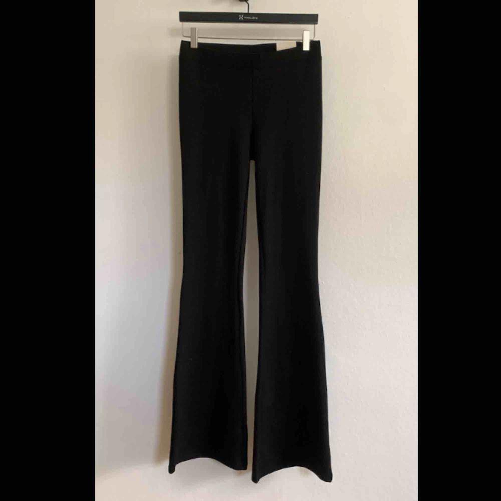 Byxor eller leggings från Gina Tricot i storlek M. Modellen är Petra trousers long length (medium waist, regular fit, full length). Aldrig använda. 💗. Jeans & Byxor.