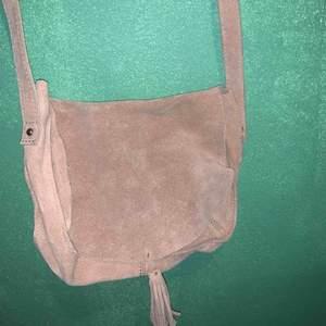 vintage mocka väska i ljus mocka, super fin i bra skick ☮️💟