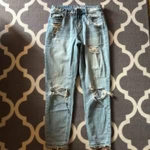 Assnygga jeans i lite pösig modell som tyvärr blivit för korta för mig, skulle säga att de passar en XS. Jag är 175cm lång så skulle säga att de passar en 170cm och neråt :)  •Frakt tillkommer på 63kr!!!!!