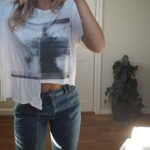 Vit t-shirt. Sjukt cool och passar till mycket.