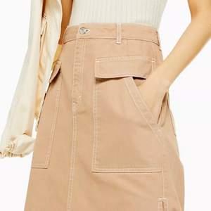 Beige jeanskjol som är perfekt lång -för att vara lång! Stora fickor både fram o bak och hällor finns för skärp. Denna kommer tycärr aldrig till användning då jag inte gillar att ha kjol på mig :/