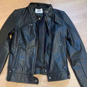 Svart fake-skinnjacka från Vero Moda. Frakt: 88kr. Köparen står för frakten. Jag står inte för postens slarv!