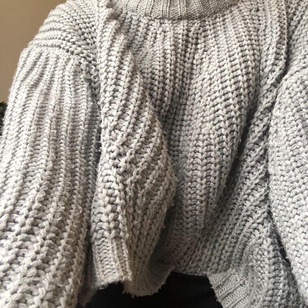 En jättemysig grå stickad tröja perfekt till hösten🍂. Jättebra skic, knappt använd. Storlek S men passar nog mer en XS. Jag står ej för frakten🌸bud ligger på: 150kr. Stickat.