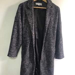 En grå kappa i Stl S, köpte för ca 1000kr säljer för 400kr kan frakta men då står köparen för frakten😊 sänker inte i pris då den är som nu😊
