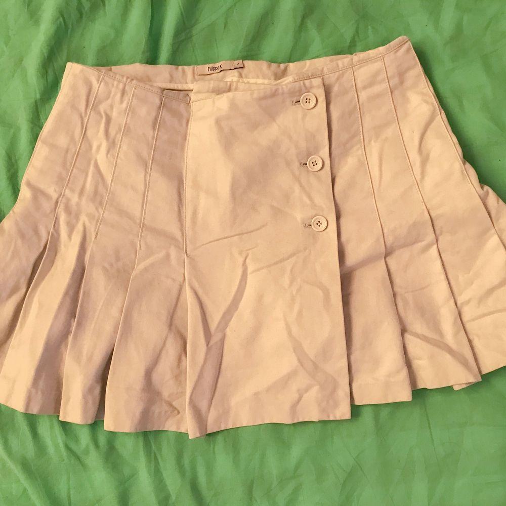 Gråvit kjol som är mycket finare strykt menmen. Frakt ingår ej. Midjemått: 87,5 cm Längd: 39 cm . Kjolar.