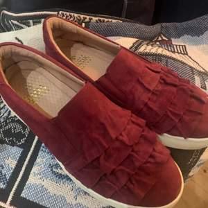 Vinröda Dasia skor storlek 38. Köpta för 1000kr men endast använda nån vecka då jag insåg att dem var fel storlek.