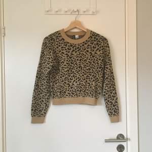 Leopardmönstrad stickad tröja från HM divided. Stl XS, ganska kort i modellen. Gott skick. Frakt betalas av köparen.