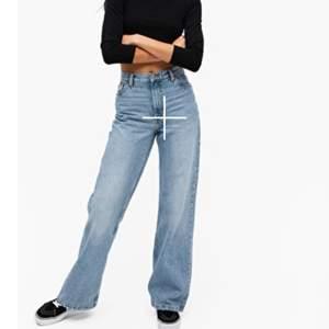 Säljer dessa supersnygga och riktigt populära wide leg jeansen från Monki i modellen Yoko!🥰 De är köpta här på plick, men tyvärr lite för stora för mig. Storlek 27 🌸 Pris kan absolut diskuteras vid snabb affär!