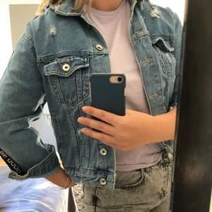 Snygg jeansjacka med text köpt på stradivarius i Spanien. Andvänd få gånger pga de inte är min stil, storlek L men mer som M, snyggt som oversized om man är mindre. Nypris 450 kr. Kan mötas upp eller posta, köparen står för frakt.