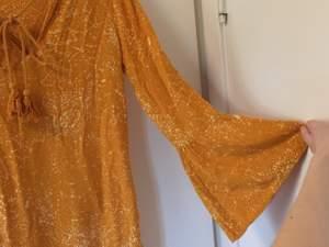 Somrig och sextiotalig klänning med trumpetärmar toffsdetaljer! 😍🌈 💃🏻🌟