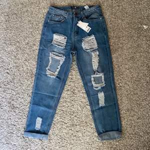 Helt nya mom jeans med slitningar från boohoo. 200kr inkl frakt