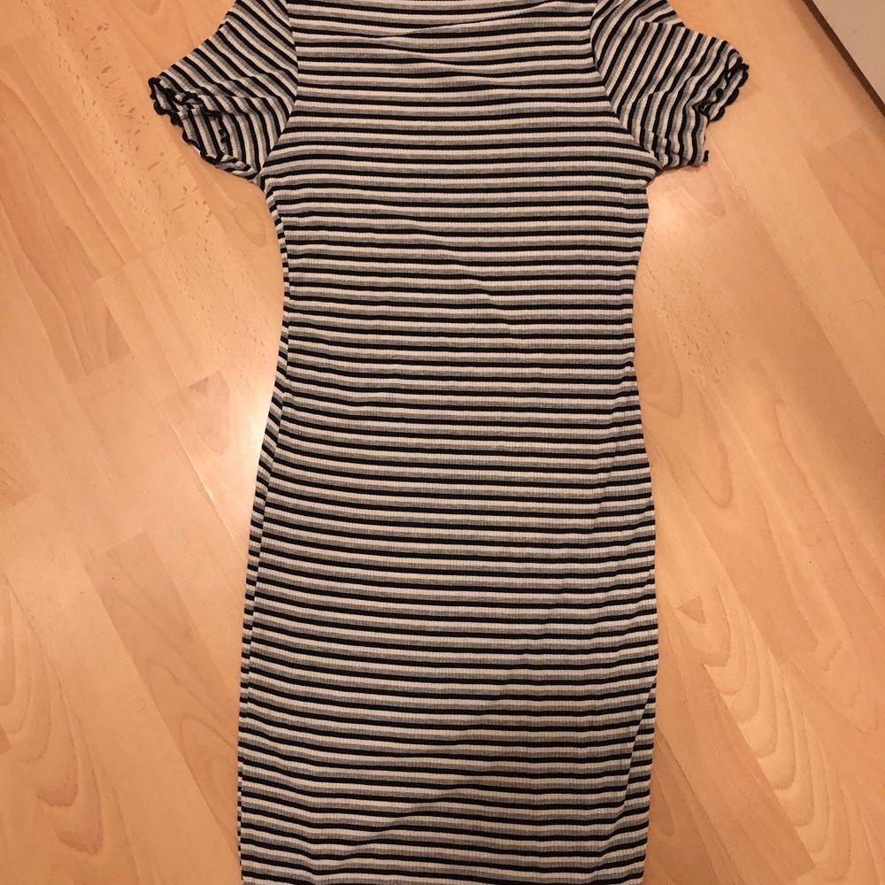 Säljer den här klänningen som har jättemycket stretch och inte alls är genomskinlig! Hög i kragen men en väldigt bekväm klänning! Skriv för fler bilder! Jag är 177. Frakt tillkommer.. Klänningar.