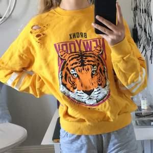 Gul sommrig sweatshirt från Gina tricot med en gullig tiger på. Använd ett fåtal gånger✨