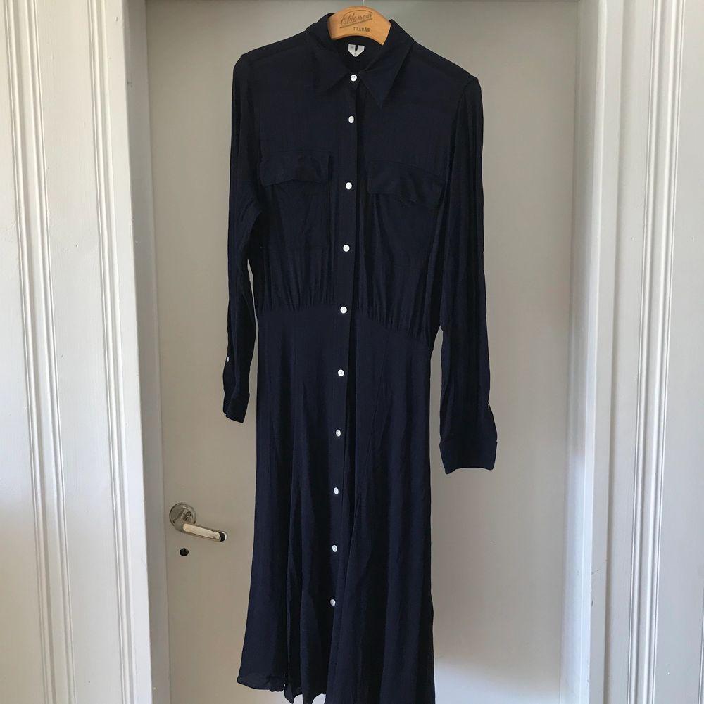 Världens finaste klänning säljer jag nu pga får inte användning av den. Från Arket. Använd en enstaka gång därav precis som ny. . Klänningar.