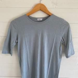 En t-shirt från Filippa K i bra skick! Sitter tajtare om armarna. Färg: Blå/grå. Originalpris: 700 kr.