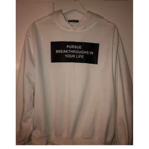 Vit hoodie med svart text, luva och sitter bra, från Shein