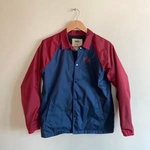 En jacka från Vans som är fodrad med fleece. Den är i storlek L men skulle snarare säga att det är en M. Sparsamt använd. Priset som står eller högsta bud.