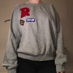 Grå sweatshirt i storlek L men passar även S och M. Köparen står för frakt.