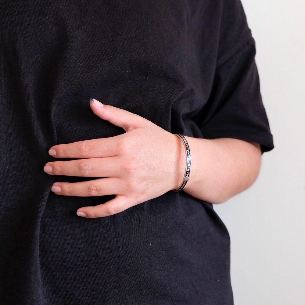 Smalt armband från marc jacobs. Säljer massa smycken på min sida just nu, gå o kolla!! Samfraktar gärna 🤩. Accessoarer.