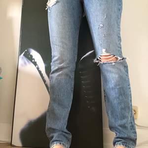 Säljer 501 Levis jeans i en blå färg. Endast använda 2 gånger så väldigt nya. Säljer pågrund av att jag inte riktigt passar i dem.