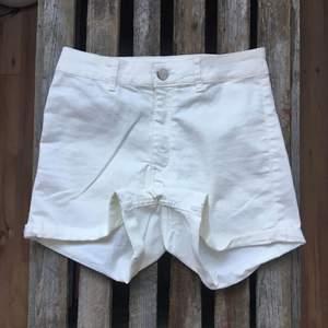 Stretchiga vita shorts från HM. Aldrig använda.