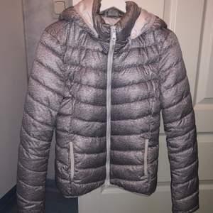 Använd under en helg i Trondheim då jag inte hade en tillräckligt varm jacka så behövde köpa en. Nyskick! Sitter så snyggt och är mjuk och go. Kan skickas mot att köparen betalar frakt.