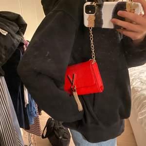 Säljer denna röda mario by mario valentino väskan, använd fåtal gånger och en valentino dustbag ingår. Nypris låg på 700kr och jag säljer för 300kr. Frakt får man stå för själv