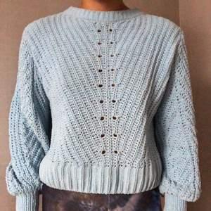 Ljusblå stickad tröja, använder aldrig längre så den får åka 🦋 väldigt skönt material!