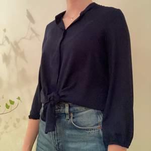 En marinblå knytblus från Zara. Är lite kortare i ärmarna. Superfin till ett par högmidjade byxor! Har använts ett fåtal gånger. 100% Polyester