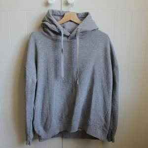 En ljusgrå hoodie, mjuk inuti och breda band att justera luvan med. Fin men för liten för mig ❤ Hör av dig vid frågor!