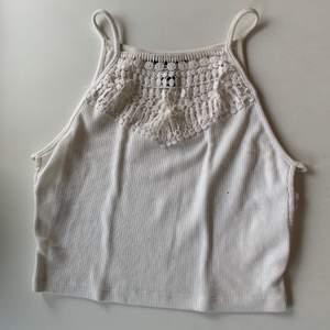 Budgivning i kommentarerna, från 50kr. Frakt ingår ej. Jag säljer ett vitt linne med detaljer, i st S från Forever 21. Väl använd, men absolut inget fel på den. Swipe för fler bilder.