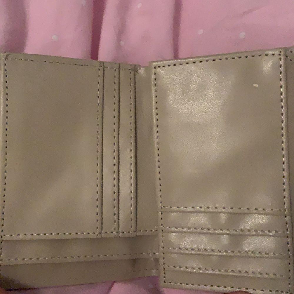 En plånbok med massor av fack från Björn Borg! Som ni kan se på tredje bilden har den två väldigt små skråmor, Skriv vid intresse 💕. Väskor.