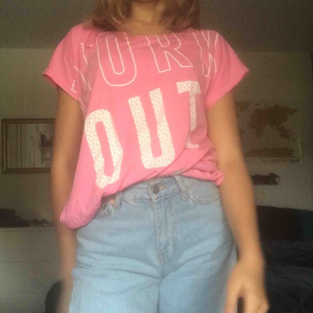 Så söt rosa oversize tröja som knappt är använd. Strl XS. Kan mötas i slussen eller så tillkommer frakt.:). Skjortor.