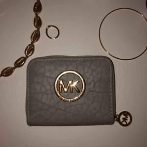 Michael kors plånbok (INTE äkta!!!)🥰 otroligt fin och endast använd fåtal gånger🧡 möts i Sthlm elr fraktar