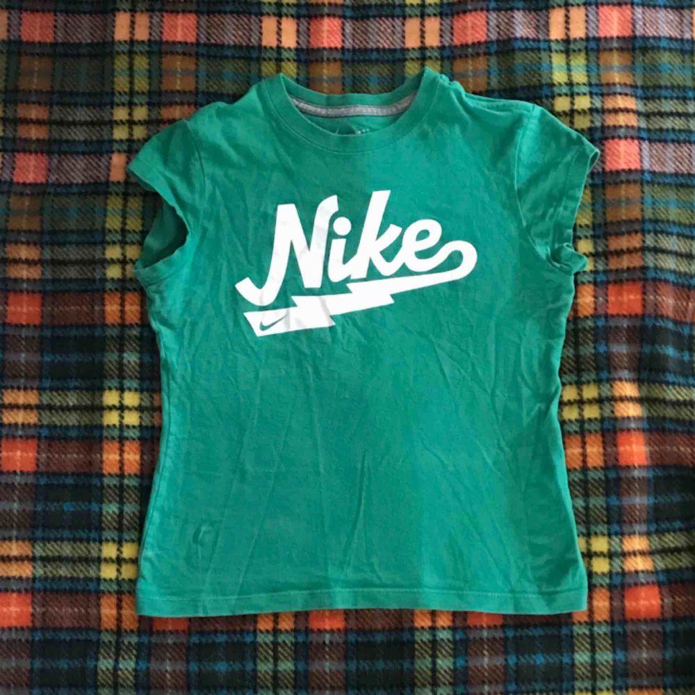 Vackra små vintage Nike t-shirt. Små storlek med korta ärmar . T-shirts.
