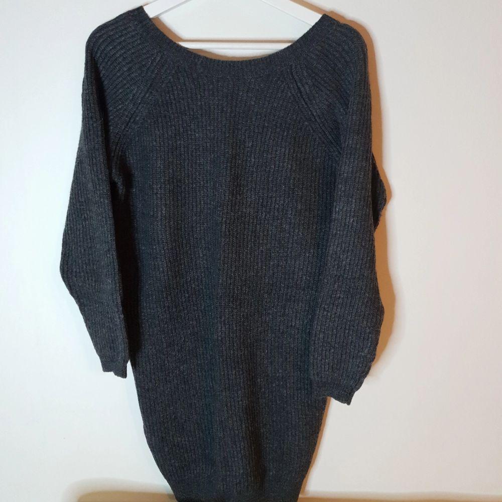 Lång stickad tröja (rib dress) från MOSS Copenhagen. Nypris 699 kr. . Stickat.