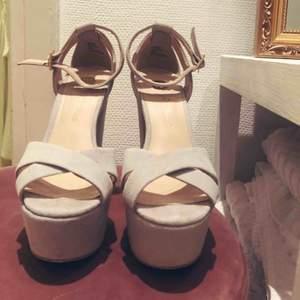 Såå fina skor i ljusgrå/blå mocka. Klackhöjd 15 cm, 5 cm platå framtill. Använda en gång.  Möts upp i centrala sthlm eller gbg.