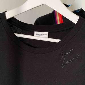 T-shirt från Saint Laurent i stl S inköpt i butik i Paris. Nypris 3400kr och i riktigt bra skick, endast använd 3 gånger. Kvitto finns 🌹